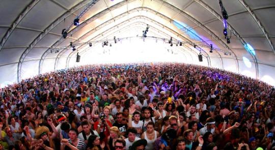 coachella-tent-crowd